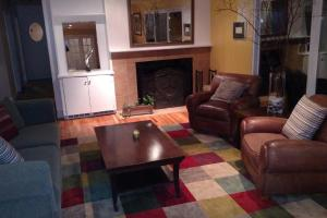 A seating area at Quiet and convenient-great neighborhood!