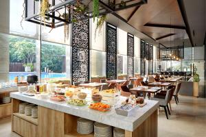 Ein Restaurant oder anderes Speiselokal in der Unterkunft Fraser Residence Menteng Jakarta