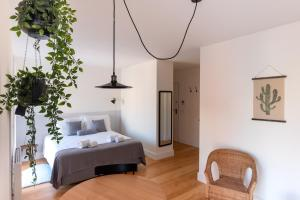 A bed or beds in a room at Feel Porto Downtown Townhouses