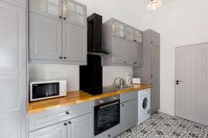 A kitchen or kitchenette at The Vintage Apartment