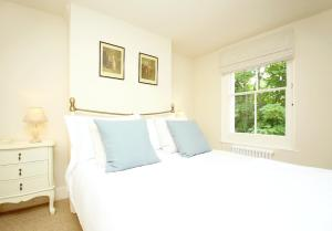 A bed or beds in a room at Two Doves Cottage