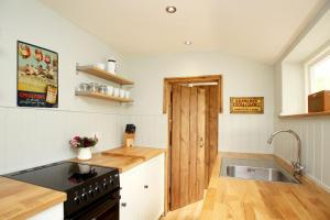 A kitchen or kitchenette at Two Doves Cottage