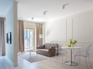 A seating area at Chopin Apartments - Mennica Residence