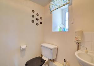 A bathroom at Cesail y Coed
