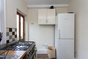 A kitchen or kitchenette at 2 Bedroom flat in South London sleeps 4