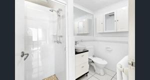 A bathroom at Shandelle Apartments