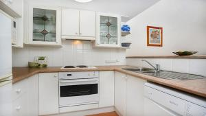 A kitchen or kitchenette at Private One Bedroom Retreat in Annandale - ANDLE
