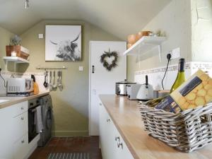 A kitchen or kitchenette at Grange End Coach House