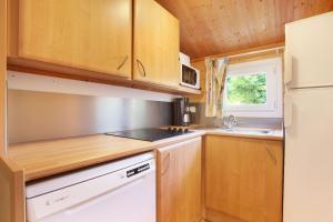 A kitchen or kitchenette at Résidence Odalys Shangri-la