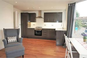 A kitchen or kitchenette at Muswell Hill-2 bed/2bath duplex apartment