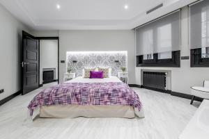 A bed or beds in a room at Alterhome Luxury Palacio Real