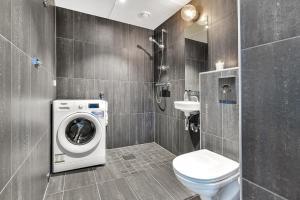 A bathroom at Forenom Aparthotel Oslo