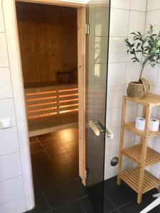 Ett badrum på Bolodge Cottages
