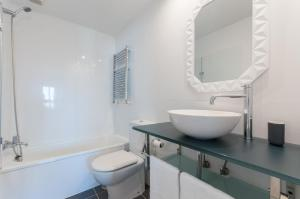 A bathroom at Apartamento Castellana - Colombia - Santiago Bernabeu