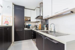 A kitchen or kitchenette at CMG Voltaire/ Chemin vert