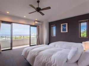 A bed or beds in a room at Condominium Kaze no Terrace Doka Doka