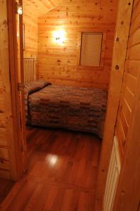 A bed or beds in a room at The Cabins at Pine Haven - Beckley