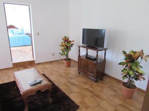 A television and/or entertainment center at Casa da Tia Rosa