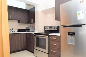 A kitchen or kitchenette at Kingston Luxury Apartments [Business/Travel/Vacation]