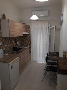 Кухня или мини-кухня в Kostas and Krista apartment