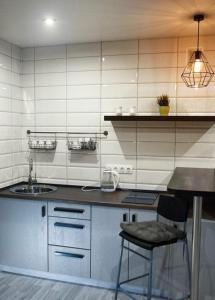 Кухня или мини-кухня в Apartment on 40 Let Pobedy