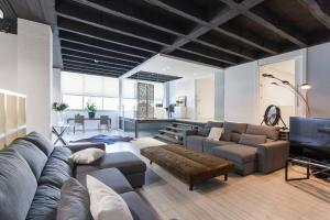 A seating area at Apartamentos cerca de IFEMA