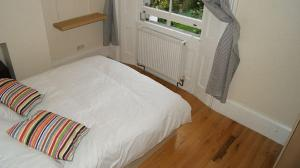 A bed or beds in a room at Little Venice 2 Bedroom