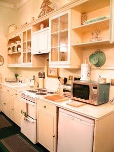 A kitchen or kitchenette at Crystal Palace Apartment