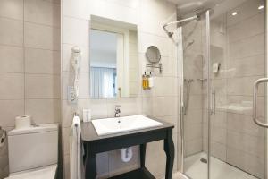 A bathroom at Legazpi Doce Studios Suites