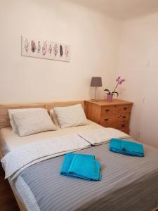 A bed or beds in a room at Excellent 2 bed Apartment 12 mins from Center