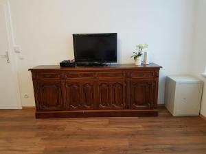 A television and/or entertainment center at Excellent 2 bed Apartment 12 mins from Center