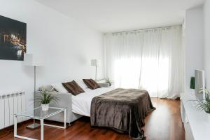 A bed or beds in a room at Glasir Apartments Barcelona
