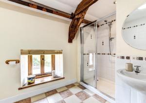 A bathroom at Yr Hen Ffermdy