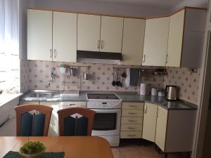 Kuhinja oz. manjša kuhinja v nastanitvi Apartment above the beach and city center