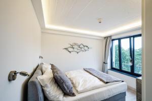 Ein Bett oder Betten in einem Zimmer der Unterkunft FeWo Prora - Für Immer Liebe