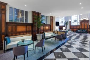 A restaurant or other place to eat at Adina Apartment Hotel Brisbane