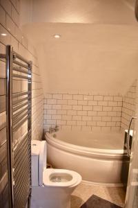 Ein Badezimmer in der Unterkunft Spacious Maisonette Near Preston Park