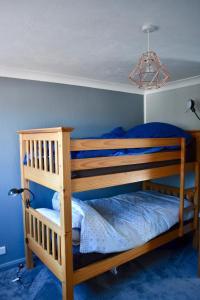 Ein Etagenbett oder Etagenbetten in einem Zimmer der Unterkunft Spacious Maisonette Near Preston Park