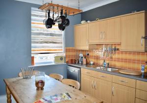 Küche/Küchenzeile in der Unterkunft Spacious Maisonette Near Preston Park