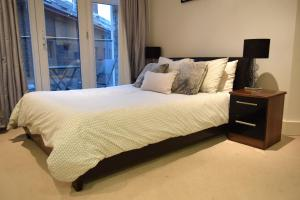A bed or beds in a room at Elegant 3 Bedrooms Apartment in Pimlico Townhouse