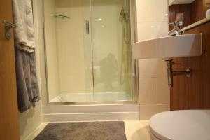 A bathroom at Elegant 3 Bedrooms Apartment in Pimlico Townhouse