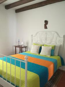 A bed or beds in a room at Casa dos Grilos