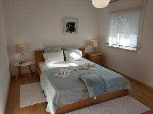 A bed or beds in a room at Baleal House