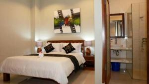 A bed or beds in a room at Villa Anyelir