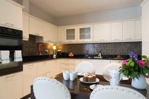Kuhinja ili čajna kuhinja u objektu Jameson Court Apartments