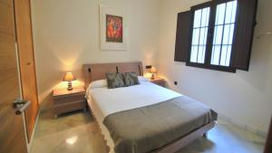 A bed or beds in a room at Living-Sevilla Apartments San Lorenzo