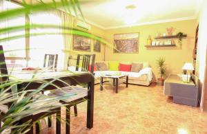A restaurant or other place to eat at Beautiful family apartment in Sevilla