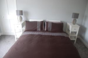 A bed or beds in a room at elegant apartment in knightswood area of glasgow