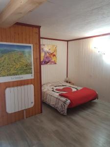 Ein Bett oder Betten in einem Zimmer der Unterkunft Le Nid Du Caveau