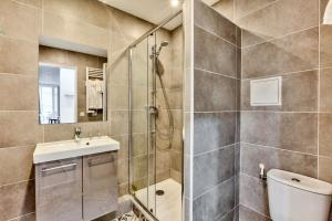 A bathroom at 17 Luxury Parisien Flat Montorgueil 2